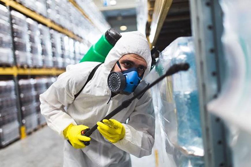 dezinfektor-obrabatyvaet-skla2d