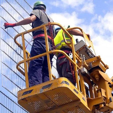 Рабочие люльки, находящиеся на подъёмнике (вышке)