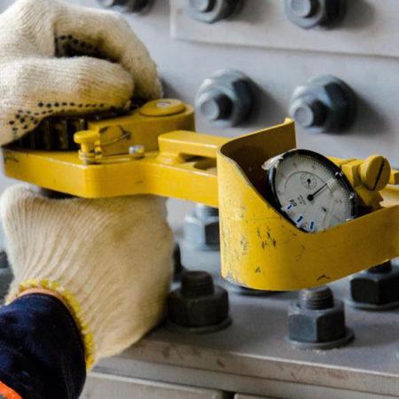 Персонал, выполняющий монтажные соединения на болтах с контролируемым натяжением
